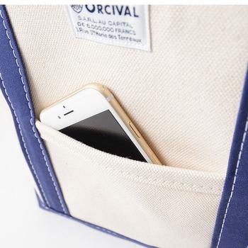 外ポケットは手軽に出し入れでき、他のものが紛れ込む心配もないので、もしあれば活用しない手はありません。携帯や、ハンカチ・ティッシュなど、いざという時に素早く取り出したいものの定位置にするといいですね。