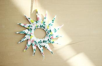 布をお花のように置いて、折り紙の要領で星形に布をつけていきます。お気に入りの柄の布で作れば、世界にひとつだけの最高のオーナメントが完成します。