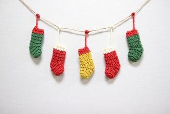 小さな靴下を編んでガーランド風に結わえておくのも可愛いですね。ひとつひとつ取り外せば、クリスマスツリーに飾ることもできます。中に小さな飴を忍ばせてアドベントカレンダーのように使うのもいいですね。