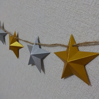 紙を使ったアレンジなら、思い立ったら気軽にすぐ作ることができます。立体的な星に麻紐を通して、ガーランドに。そのまま、クリスマスツリーにぐるりと巻き付けてみても面白い飾りになりますよ。
