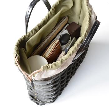 しっかりした本やファイルなどを芯にして、荷物をすべて立てて入れる方法もあります。これならバッグを開いた瞬間に中身が見渡せ、探す手間が大幅に短縮できます。