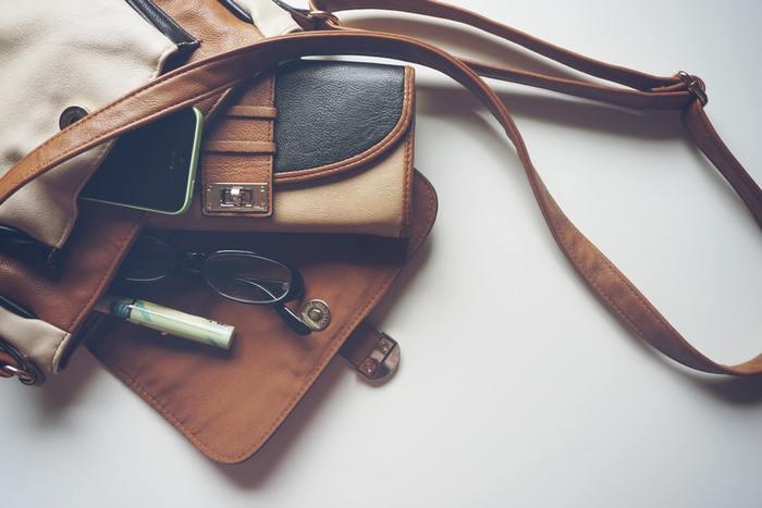 財布に手帳、メイク道具にアクセサリー類など、女性の荷物はどうしても多くなってしまいがち。だけど整理の仕方次第で、そのごちゃごちゃがスッキリ解消できますよ。