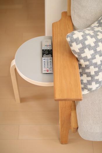 サイドテーブルとしてソファ周りに置いておくのも便利。リモコンや飲みかけのマグカップなど、側にあるだけで何かと便利です。