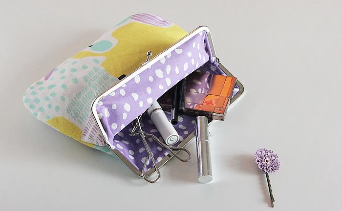 いるものが出揃ったら、次は小物類をポーチやインナーバッグにまとめます。その際、アイテムをカテゴリーごとに分けると、出し入れがスムーズに。