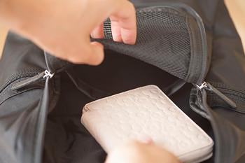 また、使用頻度の高いものは後で入れて、出し入れしやすい上の方にくるようにしましょう。特に財布や携帯は出番が多いので、常に上にあるといいですね。