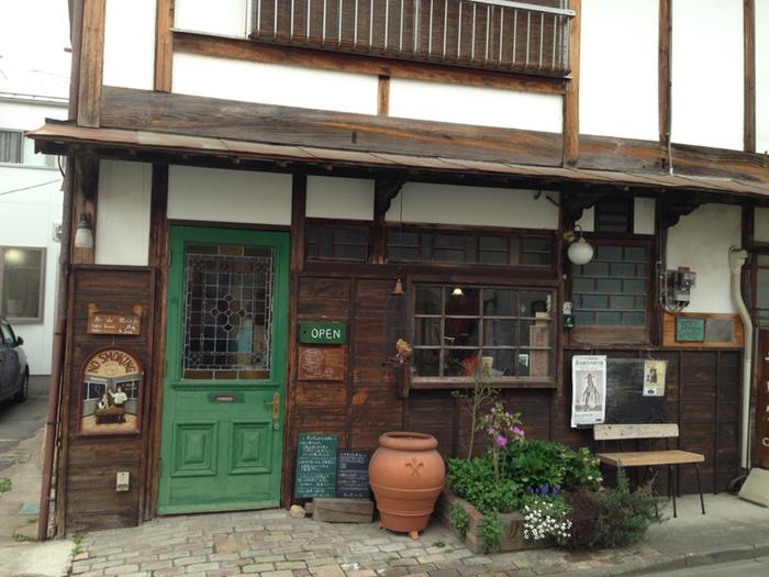 秩父駅から歩いて6分ほどの番場通りにある「泰山道カフェ」は、昭和初期に秩父銘仙という絹織物の取り引きに使われた有形文化財の建物を、そのままリノベーションした趣のあるお店。丁寧にお手入れされた外観から、建物への愛着が感じられますね。