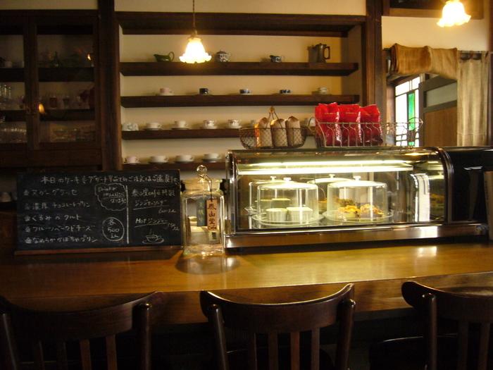 店内も外観の雰囲気そのまま。大人がゆっくりと時間を過ごせる心地良い空間です。オレンジ色の灯りが昭和レトロなインテリアをほのかに照らしています。カウンターとテーブル席があり、ひとりでコーヒーを楽しむ常連さんも多いとか。