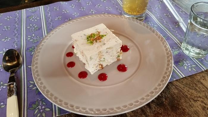 ここでしか食べられないと話題の「ヌガーグラッセ」。フランス発祥の冷たいスイーツで、ふわふわのメレンゲと濃厚な生クリーム、刻んだナッツ類のバランスがたまらない味と評判なんです。これ目当てに訪れるお客さんも多い一品。ぜひ食べてみては?