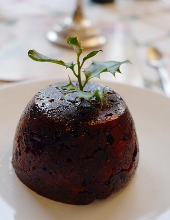 イギリスの伝統的なクリスマスケーキChristmas pudding(クリスマスプディング)は、具材にプラムが使われることが多いことから、別名プラム・プディング (plum pudding) とも呼ばれているそうです。私達が想像するような、一般的なケーキやプリンの見た目とは違い、味は濃厚で芳醇。まだ冷蔵庫が無かった時代から代々受け継がれてきたクリスマスプディング。実は冷暗所で1年間は保管できる保存食なんだそうです!クリスマス当日に、ブランデーをまわしかけ、火をつけてフランベして頂きます。イギリスではクリスマスやお祝い事には欠かせない存在です。
