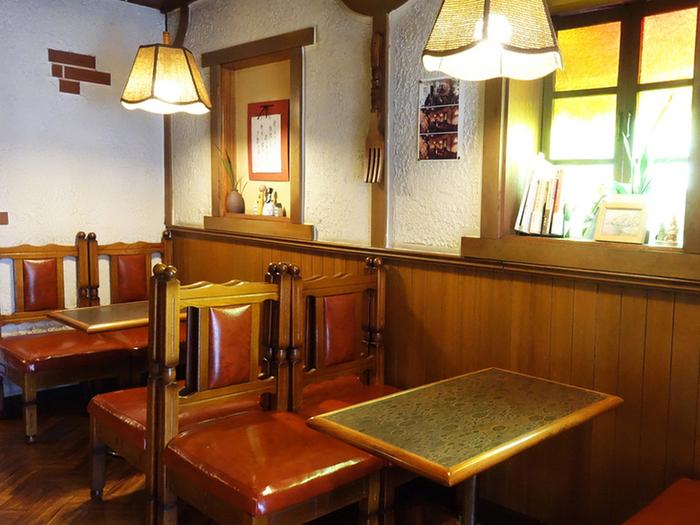 磨きこまれてつやつやと光る椅子やテーブルは清潔感があり、昭和レトロな雰囲気。白いしっくい壁と家具のコントラストがステキですね。ドラマの撮影で使われたこともあるんですよ。