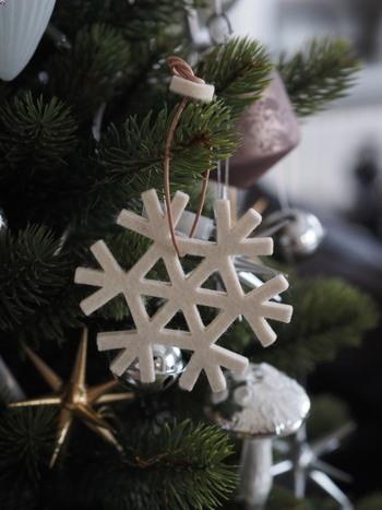 フェルトでできた雪の結晶のオーナメントです。これは市販品ですが、最近は100均でもいろいろなフェルトが売り出されているのでお好みの色で雪の結晶を切り抜いて、真似っこしてみるのも素敵です。