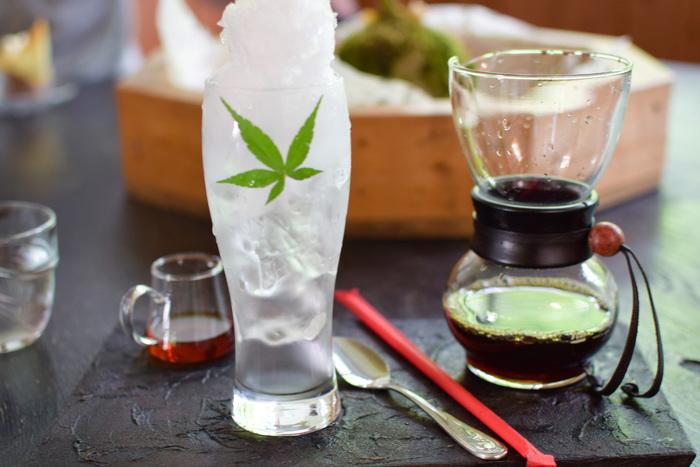 冬でも人気なのが、秩父の天然水で作ったかき氷にスペシャリティコーヒーをかけていただく「淡雪」。グラスの下の氷は大きなままなので、上のかき氷を食べたあとはアイスコーヒーとして楽しむこともできます。お好みで、写真左に映るサトウキビ100%のシロップをかければ、まろやかな甘みがプラス。1品で何通りもの味わいが堪能できます。