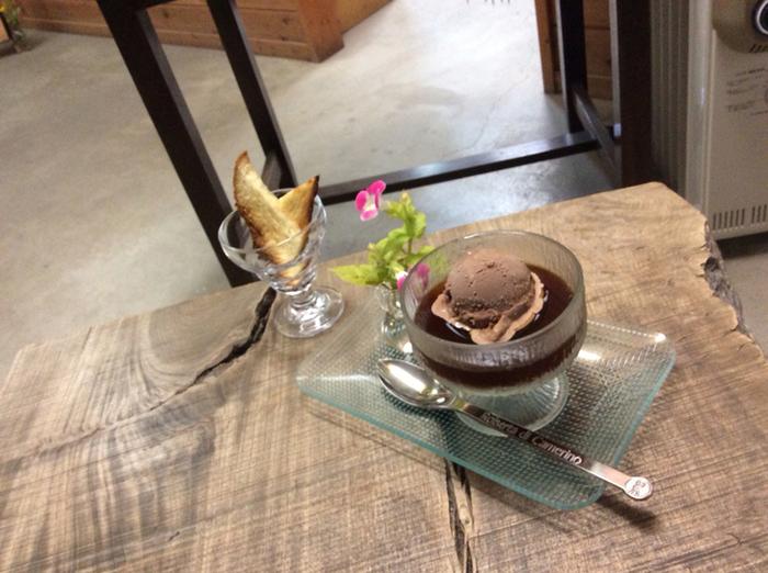 COE受賞豆で作る上質なコーヒーゼリーの上にアイスを浮かべたスイーツ。毎日焙煎している豆の中から、その日にゼリーとして最高の風味を醸し出すコーヒー豆をセレクトしているそう。毎回ゼリーの風味が変わるこだわりの1品は食べる価値アリ。  アイスは、キャラメル・ショコラ・焦がしバター・さくらの4種類から1つを選びます。どれもコーヒーの味を引き立ててくれるフレーバーでどれにしようか迷ってしまいます。