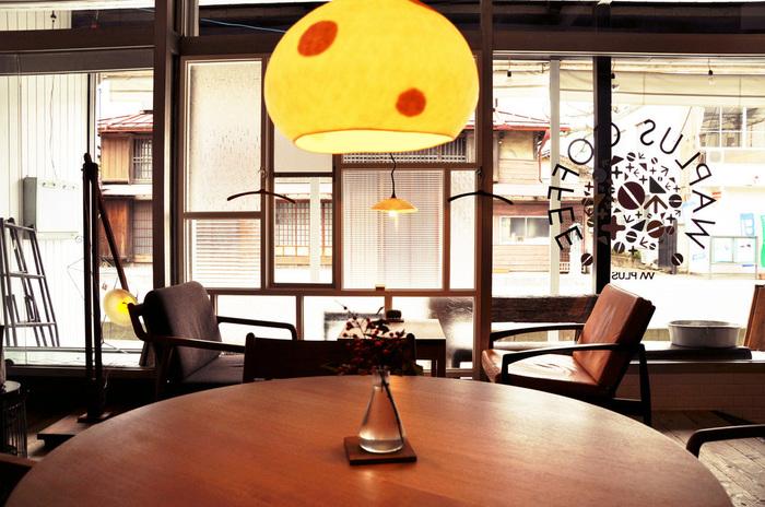 お洒落なインテリアがステキな店内。それもそのはず、ワプラスコーヒーは秩父市内で店舗設計などを行っているデザイン会社が経営するカフェなんです。落ち着いた雰囲気の店内から、通りをながめていると時間がゆっくり流れるのを感じます。