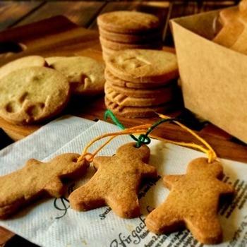 オールスパイスとジンジャーパウダーを使って仕上げた風味の良いジンジャークッキーです。紐を通す穴をあけて、オーナメント風を楽しみます。