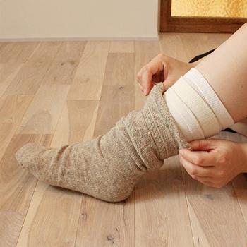 冷えとりの象徴ともいえるのが、この何枚も重ねばきした靴下です。初心者の方は3~4足からはじめるのをおすすめします。