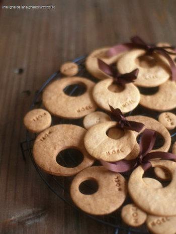 丸いジンジャークッキーは大人っぽい仕上がりで、とてもスタイリッシュ。NOELの文字をさりげなく入れたら、パティスリーのクッキーみたいになりました。薄く焼いているので、カリッとした食感が美味しいんですよ。