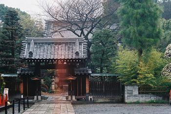 神社への参拝は故人が亡くなってから50日目以降に。お寺は気にしなくて構いません。忌明けをすれば神社に参ることができますが、まだ喪中期間なので「注連飾り」「年賀状」「お節料理」などのお祝いごとは避けるのが通例です。