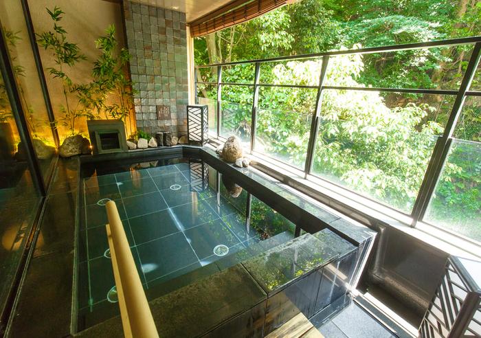 大浴場もオシャレ。内湯の通路は畳敷きなので滑りにくくお子様やご年配の方も安心です。その他、川のせせらぎを聞きながらゆったり入れる露天風呂や、貸切露天も2種類あるので温泉好きさんも大満足できるはず。また、全室露天風呂付なのでお部屋でもゆっくりと時間を気にせず温泉を堪能できますよ♪