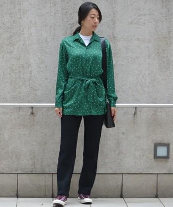 引き続き人気なロング丈のアウターには、こんなポップなグリーンのドット柄ブラウスを。重くなりがちな秋冬の着こなしに、彩を添えます。