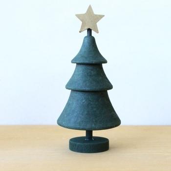 スウェーデンからやって来た、とってもキュートなクリスマスツリー。手のひらサイズでコンパクトなのに、ちょこんとおくだけでクリスマスムードいっぱいに。