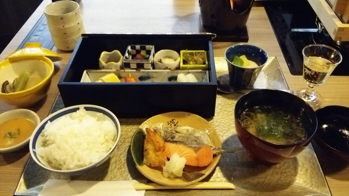 朝食には箱根のお土産屋さんでもよく見かける伝統工芸の「寄木」を使用した木箱に色とりどりの小鉢が入っていて、目でも楽しめます。