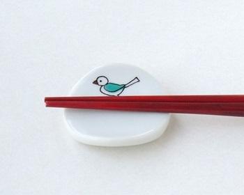 こちらは箸を置くと小鳥が枝にとまっているように見えるKUTANI SEAL(クタニシール)の「小鳥の箸置」。赤・紺青・緑・黄・紫の「九谷五彩」で転写されています。