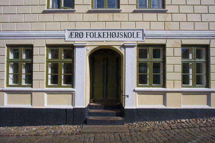 フォルケホイスコーレは成人のための学校なので、原則として17歳以上(学校によっては18歳以上)に入学資格が有ります。 また、入学試験や成績表、在学中の試験、卒業証書はなく、単位や学位、資格も取れません。