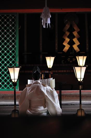 正式参拝の作法について詳しく覚えるのは難しいかもしれませんが、神職が祓詞(はらえのことば)を唱えたり、祝詞を奏上する間は深く平伏したり、神職が一拝するときは一礼するなど、おおまかなやり方は覚えておきましょう。