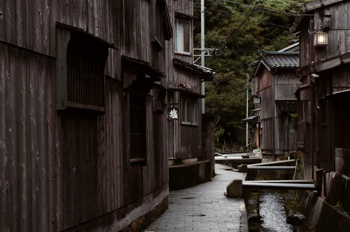 江戸時代の後期から明治の初期にかけて北前船の寄港地として栄え発展してきた港町。この頃は船主や船乗り、船大工、さらに鍛冶屋や石屋、桶屋、紺屋、など様々な職業の人々が集まり120戸500人ほどが暮らしていました。