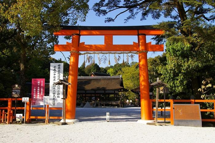神様の領域である神社を去る時には、最後に鳥居をくぐる前に身体の向きを変えて、神社の方向に軽く会釈をしてから境内を出ます。ここでも感謝の気持ち、敬虔な気持ちを忘れないようにしましょう。