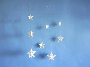星のモチーフはクリスマスの窓辺にぴったり。白一色なので他のクリスマス装飾とも合わせやすいですね。