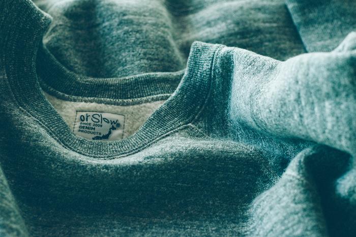 着心地にも徹底的にこだわる。こちらは「吊り編み機」という昔の機械を使って編まれたスウェット。空気を含みながら時間をかけて編んでいくため、柔らかい手触りとなる。縫製には縫い目の凹凸が少ない「フラットシーマー」というミシンを使用