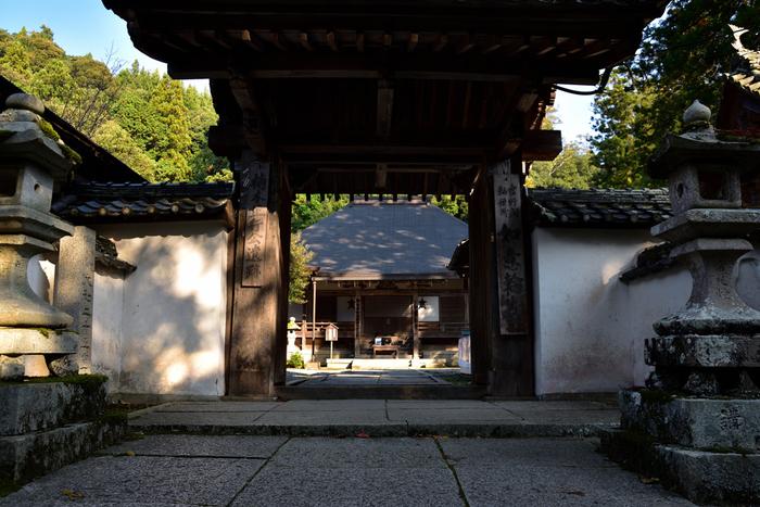 寺院と神社の参拝マナーはとても似ていますが、一部違う部分もあります。寺院の山門は神社でいうと鳥居にあたります。世俗世界と聖域の境界なので、参拝の時には山門前で合掌をして一礼。