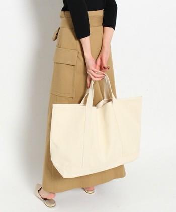 帆布を使用したトートバッグは、デザインも作りもとことんシンプル。帆布は使っていくうちに徐々に馴染んでいき、経年変化が楽しめます。大・中・小の3サイズがあり、大は洋服や雑誌もたっぷり入るサイズ感が嬉しいですね。お買い物や旅行にも連れていきたくなるトートバッグです。