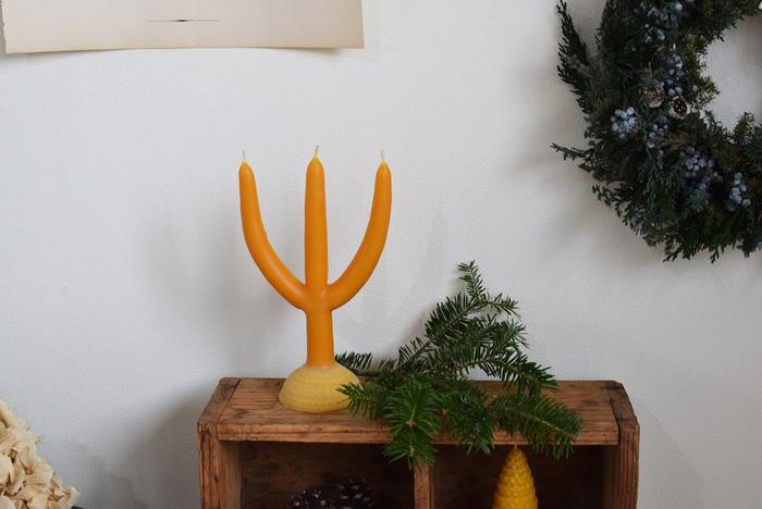 クリスマスに限らず、寒い季節にぜひ灯したいのがキャンドル。こちらは、100%みつばちの巣から作られた、自然の恵みたっぷりのろうそく。北欧・スウェーデンなどでは、クリスマス前になるとこんな形のキャンドルを家族で作るのだとか。