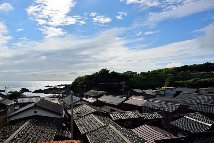 今でも「千石船と船大工の里」と呼ばれ、観光スポットとして人気の高い宿根木では、民家100余棟が密集して生活しています。