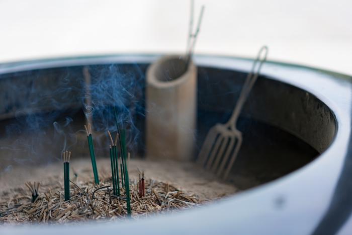 寺院によっては、本堂の前にお線香を焚く香炉があります。お線香の香りは仏様をもてなすものです。用意されている場合は献香し、煙で体をさすって身を清めましょう。(お線香の本数は宗派で決まりがある場合を除き、通常は1本で構いません)