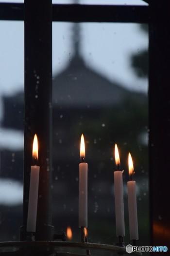 本堂付近には大抵の場合、ロウソクを捧げる施設があります。献火できる場合はこちらも捧げましょう。(捧げる本数は通常1本ですが、菩提寺でご先祖様を弔いたい場合は本数を増やしても構いません)。尚、線香と同じく、ロウソクの火も先の参拝者からもらうことはNGです。
