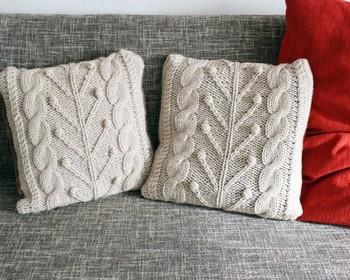 お手持ちのクッションも冬仕様にチェンジできる手編みのカバー。表は極太毛糸で縫われた立体的なアラン模様があしらわれており、裏は厚手のスエード調の生地で触り心地が優しい一品です。