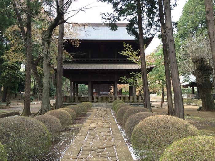 寺院は仏様のいらっしゃる場所です。そこにお邪魔したのですから、帰る時にも畏敬の念を持って挨拶するのが筋。山門から出る時には、本堂に向かって合掌一礼をするようにしましょう。