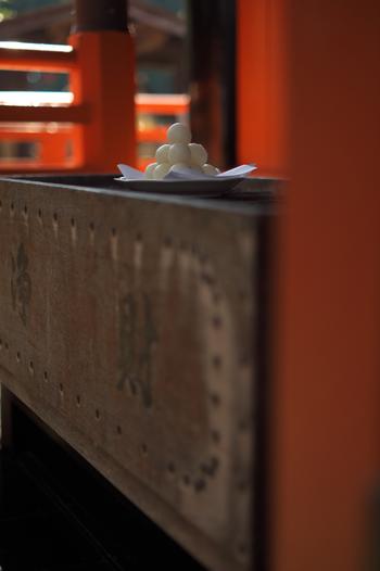 神社へのお賽銭は「日頃の感謝を込めた供物」ですが、寺院へのお賽銭は「自分の欲を捨てるためのお布施」という形です。 捧げ物の意味合いが強い神社に対して、寺院へのお賽銭は「修行の1つ」という区分になります。寺院の賽銭箱は「賽銭」ではなく「浄財」と書かれたものが多いのは、こういった理由から来たものです。