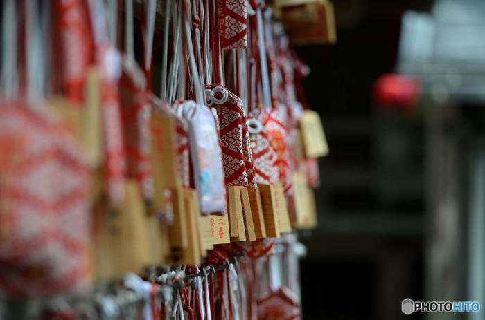 多くの人が神社にお守りを返しますが、寺院のお守りは寺院に返すのがマナーです(購入した場所でなくても構いません)。また、1月15日頃に行われるお焚き上げで焚いてもらうという方法もあります。