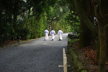 参道を歩いている時に神職や僧侶の方とすれ違うことがあります。この時は、神職や僧侶の方に道を譲り、自分たちは脇に寄り頭を下げて通り過ぎるのを待ちます。また、本来参道はお参りを済ませた方が優先で、これから参拝する人たちは右か左に寄ることが礼儀です。