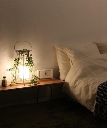 枕元にインテリアとしても飾れる間接照明もあります。葉の隙間からこぼれる優しい灯りで、寝る前のゆったりとした時間を過ごしたいですね。