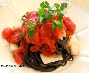 イカスミは美味しいけれど歯が黒くなるのが難点。でもこのレシピは麺にイカスミを練り込むのでその心配がありません。北イタリア流に麺も手打ちして、もっちり食感を楽しみましょう!