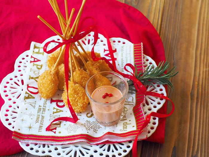 いつものエビフライも竹串に刺してロリポップ風にすれば、つまみやすくてパーティーにぴったり。串は食べるまでリボンでまとめることで、一気にクリスマスらしい可愛い雰囲気に。混ぜるだけの簡単ソースでディップして召し上がれ!