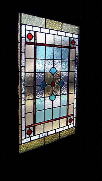 入口のドアのステンドグラスもステキ。外の光が入ってとてもキレイですね。アンティークな内装や家具は、まるで美術館のように重厚な雰囲気。