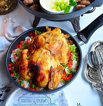 クリスマスといえばローストチキン。丸鶏をそのままカレーピラフにのせれば、家族もびっくりの豪華な一品に!ピーマンとパプリカのクリスマスカラーも綺麗です。