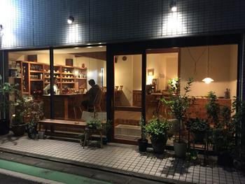 西武秩父駅から歩いて8分ほどのところにある「カルネ」は、大きな窓ガラスとグリーンが清潔感あふれるカフェ。番場通りのメインストリートから1本路地に入った静かな通りにある隠れ家のようなお店です。